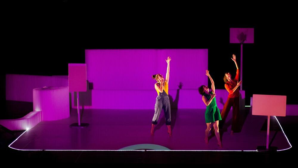 projections on molo textile softblocks for the Dans le Ventre du Loup dance performance in Paris