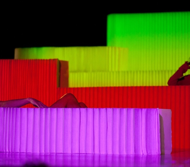 projections on molo textile softblocks for the Dans le Ventre du Loup dance performance in Paris